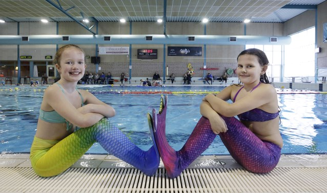 Eline Bekker (links) en haar vriendin Anouk Hellings vinden het heerlijk om eens per week als zeemeermin door het leven te gaan. FOTO: Jurgen van Hoof.