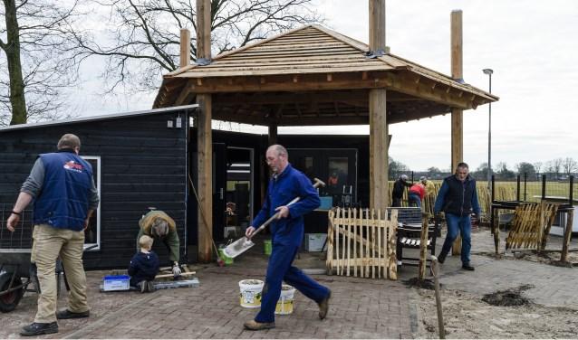 Op 24 maart wordt de buurboerderij aan de Houtwal in Eersel geopend. De laatste dagen voor de opening steken jong en oud de handen stevig uit de mouwen om alles voor die dag af te krijgen.