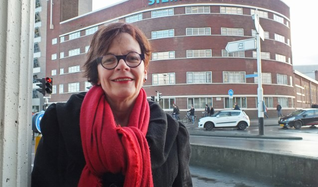 """Marie-Jose voor het oude deel van het Storkgebouw (nu Siemens): """"Deze plek zegt veel over Hengelo en over de trotsheid van de stad. De aanwezigheid van Stork heeft daar een belangrijke rol in gespeeld."""""""