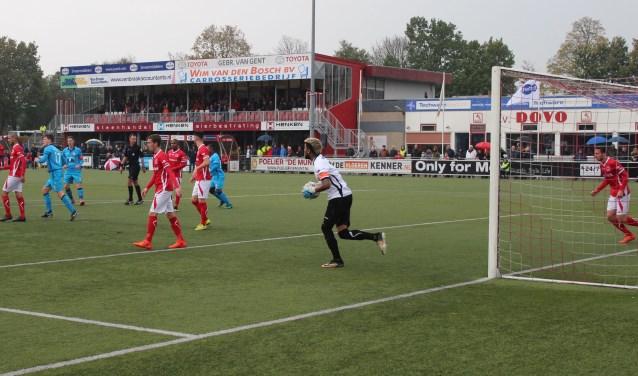 DOVO op deze foto in actie tegen ONS Sneek, hield aan de uitwedstrijd tegen dezelfde tegenstander een punt over. De partij eindigde in een 2-2 gelijkspel. Zaterdag speelt De Panhuis ploeg thuis tegen Almere City FC. (Foto: Henk Jansen)