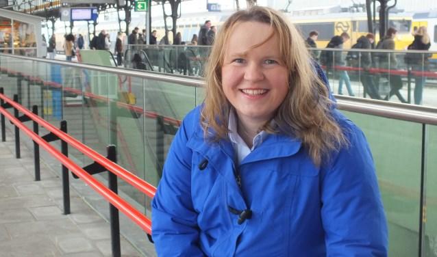 """Susannen van den Beukel, lijsttrekker ChristenUnie: """"Het station staat voor mij symbool voor bedrijvigheid, verbinding, innovatie en samenwerking."""" Foto: gemeente Hengelo"""