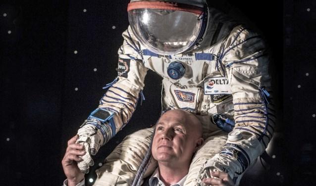 André Kuipers vertelt op dinsdag 20 maart in het Theaterhotel Almelo van alles over zijn verblijf van meer dan zes maanden in de ruimte. Foto:Andreas Terlaak