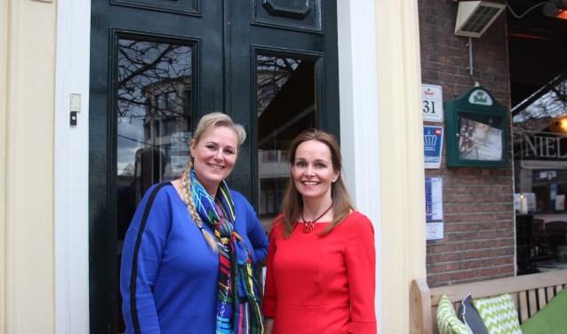 De twee nieuwe Babsen voor de gemeente Almelo, Dorine Slaghekke (links) en Rosalinda van Loon zijn er helemaal klaar voor om als trouwambtenaar aan de slag te gaan