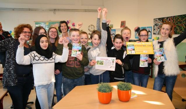 Enthousiasme bij groep acht van de Emmaschool over het boekje. (Foto: Gerrit Steen)