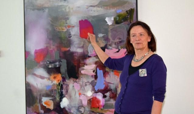 Ilse Blommestein bij een van haar schilderijen.