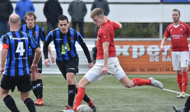 Topscorer Jordie van der Laan haalt uit in het duel met OJC Rosmalen. (foto: voetbal-shoot.nl)