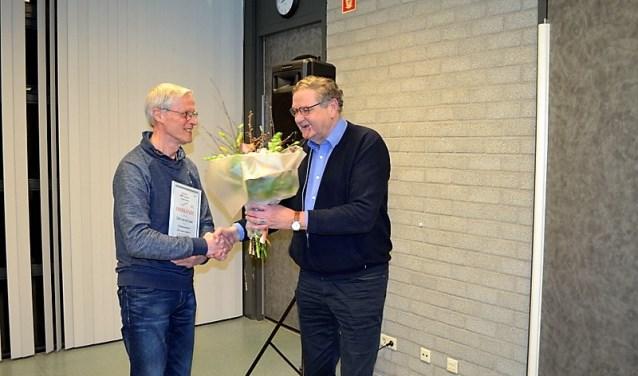 Chris van der Laan kreeg een draagspeld, oorkonde en bos bloemen voor zijn 25 jaar trouwe dienst bij Regiomannenkoor Die Gouwe Sanghers.