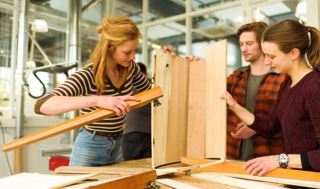 Lisanne de Weert aan de slag met medestudenten Mark Swanenberg en Hannah Boogert. Foto: Gerieke ter Denge-Pluimers / DesignLab Universiteit Twente.