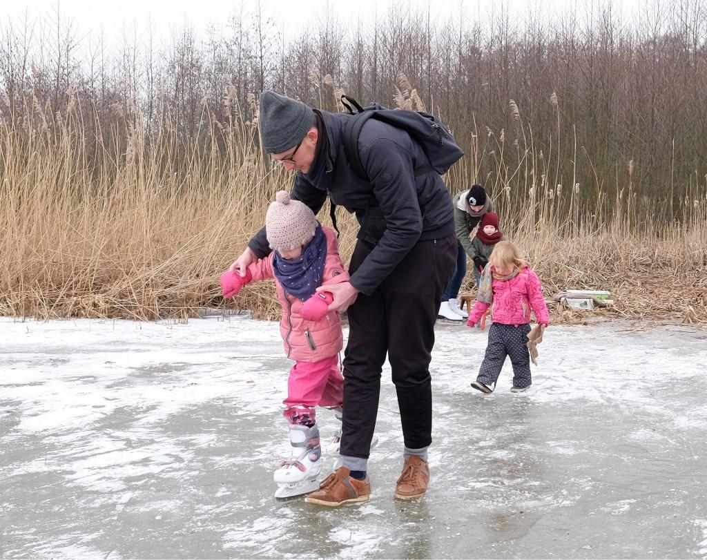 Veilg ondersteund tracht dit meisje de eerste beginselen van het schaatsen.  © Persgroep