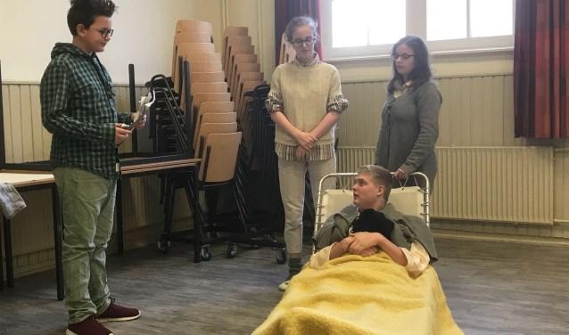 Jeugdtheatergroep TAK speelt op zondag 11 maart de licht absurdistische voorstelling 'Zijn er nog vragen?'.
