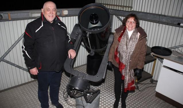 """Wim Bossink en Magda Beekhuizen. """"Ons doel is het informeren over de sterrenkunde aan een groot publiek."""" (Foto: Arjen Dieperink)"""