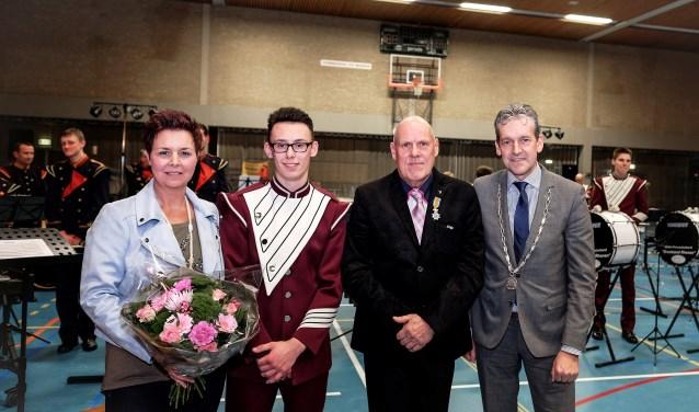Hans Verhoeks uit Herveld werd in het bijzijn van zijn vrouw Wilda en zoon Bas door burgemeester Van der Pas koninklijk onderscheiden voor zijn 40-jarig instructeurschap van Drumband Rhenen.(Foto: Max Timons)