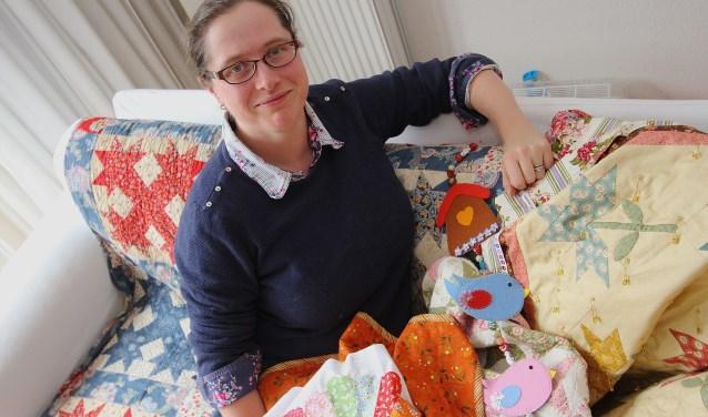 Karlijne van Weert is helemaal in haar element als ze quilten. Ze heeft al veel wanddoeken en bedspreien gemaakt. Ze heeft het initiatief genomen om in Elst een handwerkcafé te beginnen. (Foto: Kirsten den Boef)
