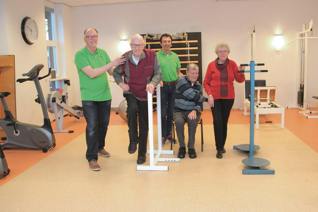 Fysiotherapeut Jaap Sneep (links) met naast zich Nico van Geemert, Leo van Kuppenveld en Johan en Alie Lammertse.