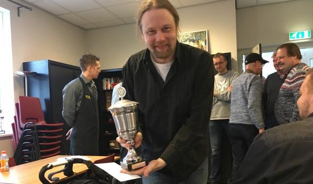 Hotze Tette Hofstra mocht in Bunschoten na indrukwekkende de toernooiwinst even de beker vasthouden. Links Niels van de Coterlet, bedrijfsleider van sponsor VIS. Nootdorp. (foto: Martijn Pauw)