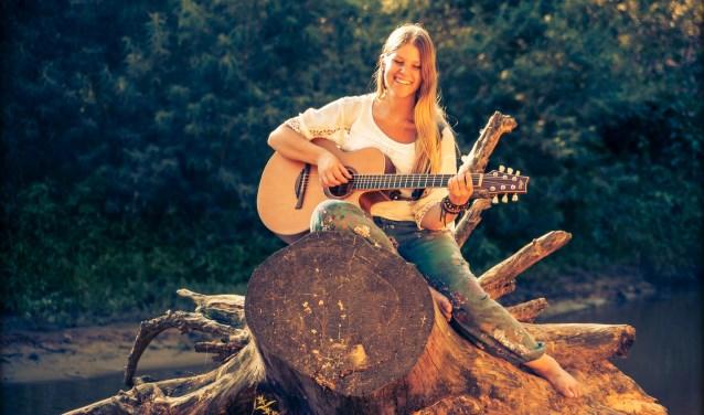 """Sasja van der Oord presenteert zondag haar debuutalbum in Lonneker: """"Drie jaar geleden stapte ik voor de eerste keer het podium op met m'n eigen liedjes. Direct voelde het vertrouwd."""""""