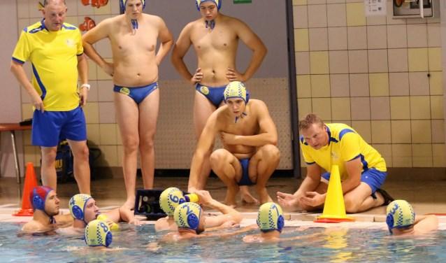 De waterpoloërs van Zwem- en Poloclub Nunspeet heren 3 - het talententeam -  hebben de titel voor het oprapen. Op 7 april is het TZC - Nunspeet 3 in Tiel. Foto: George Hertel