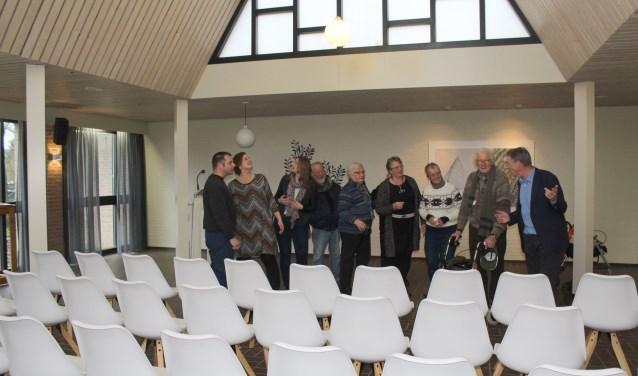 Belangstellenden bewonderen de vernieuwde sfeervolle aula. (Foto: Lysette Verwegen)