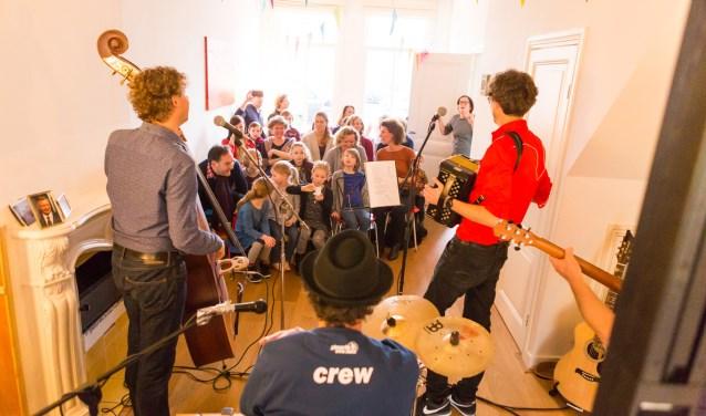 Bezoekers laten zich verrassen door lokaal talent in een van de 181 huiskamers. Foto: Maarten J. Eykman