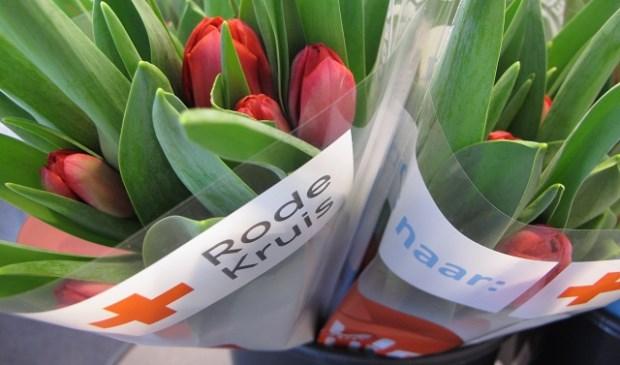 Van iedere bos tulpen die verkocht wordt gaat één euro naar het Rode Kruis in Nederland.