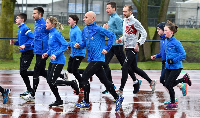 """Stefan Scanu (midden): """"Er wordt gepresteerd en plezier gemaakt."""" (foto: Roel Kleinpenning)"""