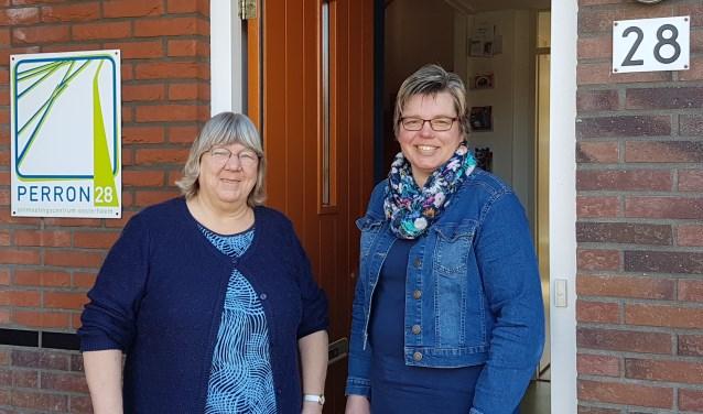 Wilma van Hengel (l) draagt in april het stokje over aan Jacqueline Gravesteijn.