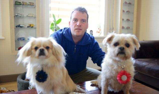 Menno Spiekerman met de hondjes  Rex Kool (l) en Muis Spiekerman        (Foto: Cees Hoogteyling)