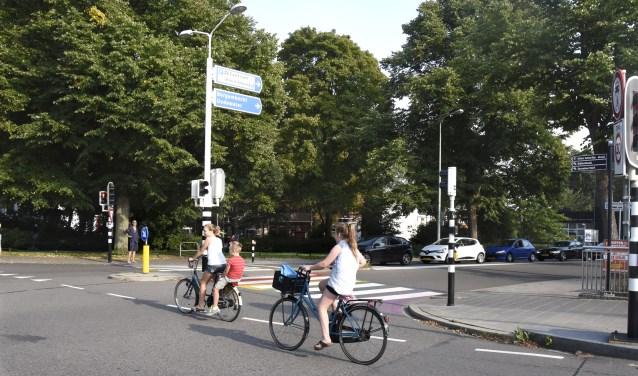 Binnenkort wordt begonnen met de aanleg van nieuwe bushaltes aan de Fluwelensingel Ook het zebrapad wordt verlegd. Archieffoto: Marianka Peters