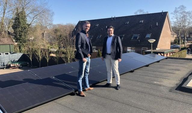 In actie voor duurzaamheid. Sebastiaan Eikendal van Slim Solar Systems BV en Lambert van de Weerd van Makelaardij Van de Weerd op het dak. Eigen foto