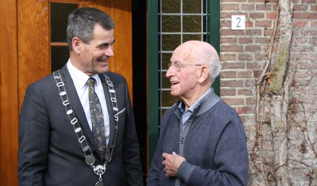 Geanimeerd is hij in gesprek met de burgemeester. Foto: C. Rietdijk