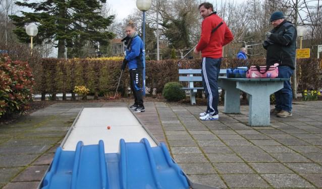 Maxime van den Bosch in de kou bij de passage tijdens het minigolftoernooi in Boskoop.