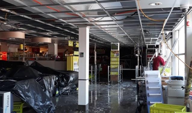 De ravage was enorm. Liters bluswater kwamen door het plafond naar beneden. De winkel biedt een troosteloze aanblik. Eigen foto.