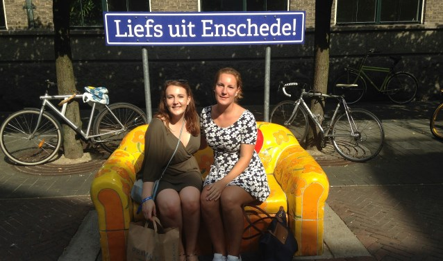 Vivienne O'hara (links) met een medestudente op een bekend plekje in de binnenstad.