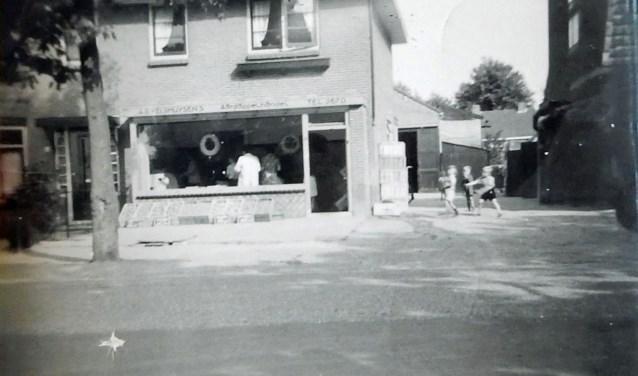 Opname uit 1952 van de aardappelwinkel aan de Van der Merschlaan 86. Deze ruimte is nu woonkamer. Rechtsachter het huis zijn de loodsen waar de aardappelen opgeslagen werden.