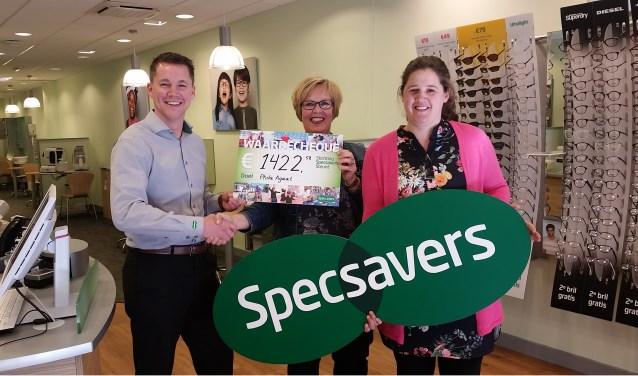 Marien Visser, winkeleigenaar van Specsavers Middelburg reikt de cheque uit aan begeleidsters Marjo Kasse en Hester Geuze van Phila Agaat Kort Verblijf. Foto: Conny den Heijer
