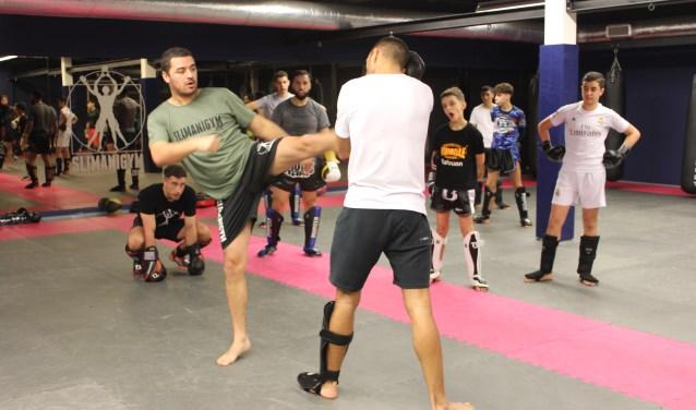 Tarek Slimani geeft les aan kickboksers die 24 maart a.s. meedoen met het Kickboksgala in Zeist FOTO: Lydia van der Meer