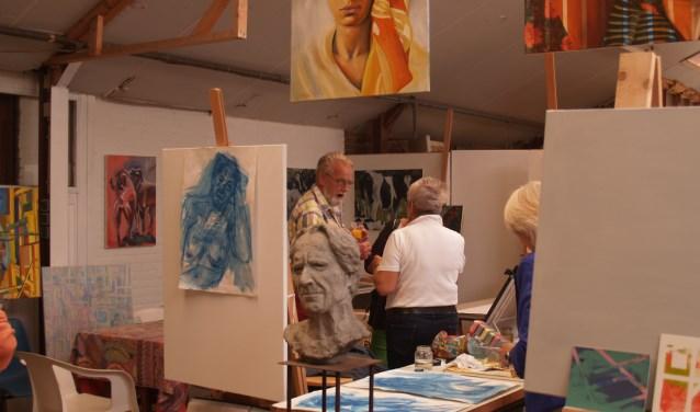 In atelier Raamberg werken Joke, Christine, Magreet en Wil.en