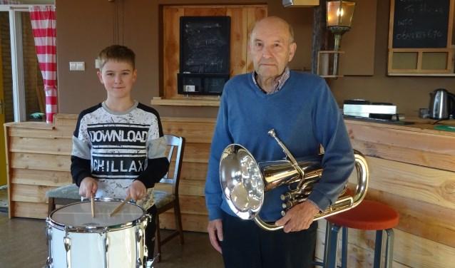 Het jongste lid (Jelle Evers, 12) en het oudste lid (Ab Walet, 87) van muziekvereniging Concordia. (Foto: Yvonne Krol)