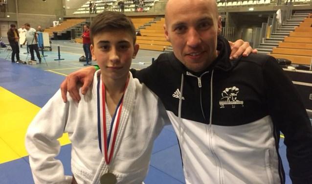 Een trotse Rico met z'n coach Sirach Cooiman.