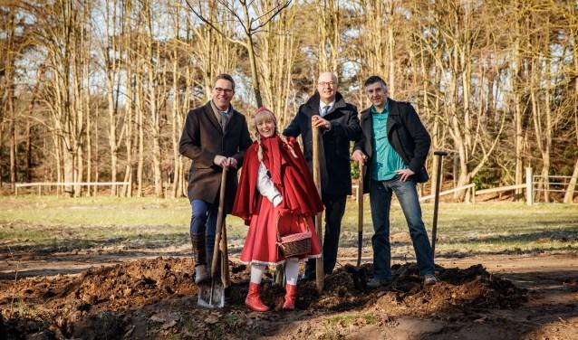 Op de foto van links naar rechts Marc van den Tweel (algemeen directeur Natuurmonumenten),Roodkapje,Fons Jurgens (voorzitter raad van bestuur de Efteling) enCelcuk Akinci (directeur Brabantse Milieufederatie).