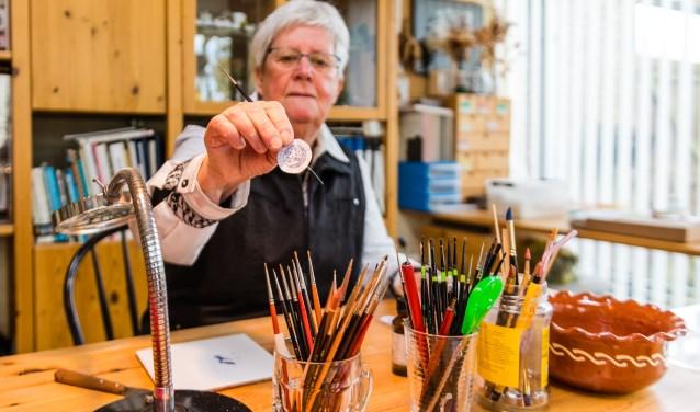 Cocky Wildschut is miniatuur-schilderes.  Ze maakt en beschildert porselein, maar dan op schaal 1:12. FOTO: Mel Boas