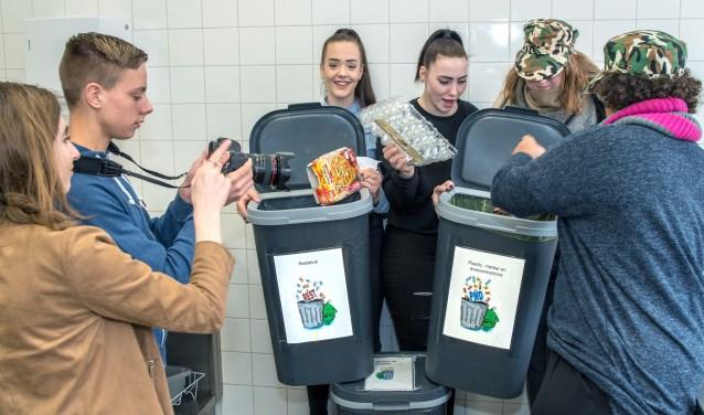 Leerlingen van Symbion maken zelf een filmpje over afvalscheiding op hun school.