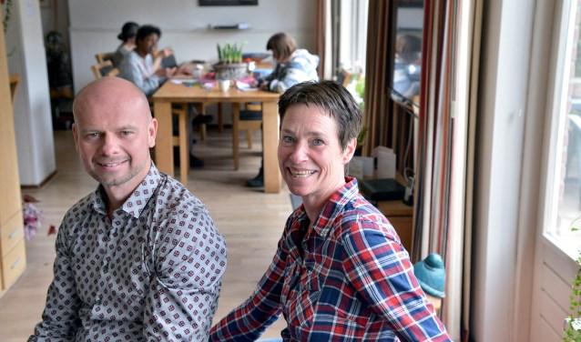 Edwin Luyten en José Sluijs zijn sinds januari de gezinshuis-ouders van 'Fijn Heulestein' en bieden daarmee in hun huis permanente zorg en onderdak aan vier volwassenen met een verstandelijk beperking. (Foto: Paul van den Dungen)