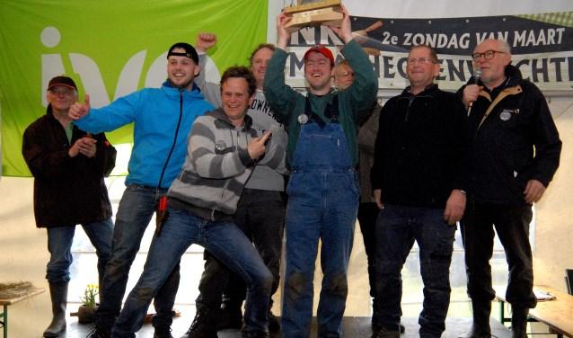 Het winnende  team Coenen uit Oeffelt met de Gouden Hiep. (foto: Tom Oosthout)