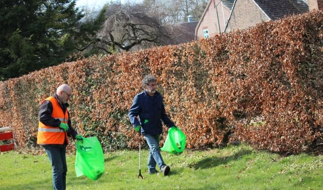 In Soerendonk gingen onder meerleden van buurtvereniging Molenheide en dorpsraad Zurrikgewapend met handschoenen, knijpers en vuilniszakken op pad.
