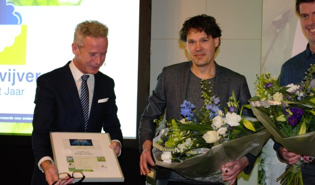Sander Voortman (rechts) neemt de prijs in ontvangst.