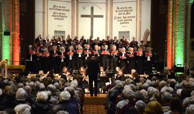Toonkunst Gouda, olv Leo Rijkaart, laat in het jubileumjaar zien dat het repertoire zich ook uitstekend leent voor optredens buiten kerken en concertzalen. Foto: Marianka Peters