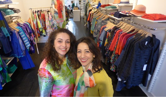 Diana en Araksi Demirci ontvangen de klanten gastvrij bij Kommer i in Ootmarsum, het adres voor bijzondere Scandinavische kleding.