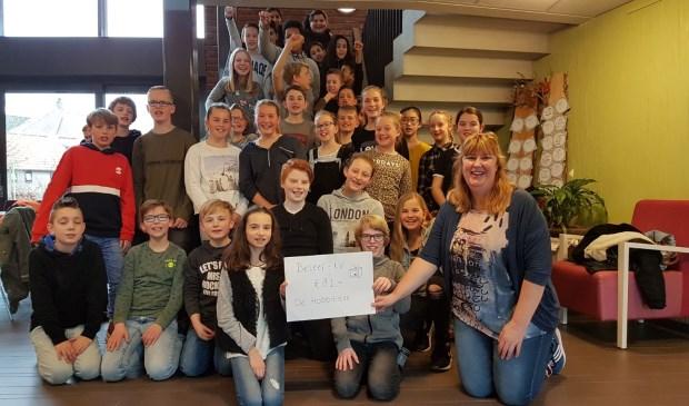 Leerlingen van basisschool De Hobbitstee overhandigen een cheque van 81 euro aan de bewoners van verpleeghuis Lingesteyn. Eigen foto