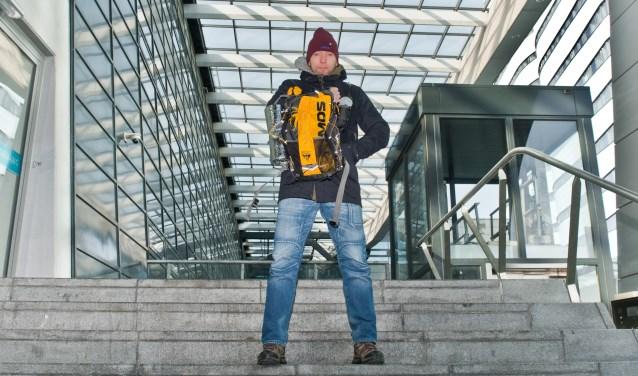 """""""In deze rugzak gaat alles wat ik die week nodig heb"""", vertelt Jan Fokke enthousiast. """"Nu oefen ik er nog mee bij temperaturen onder het vriespunt; zeker vijftig graden verschil tijdens de echte uitdaging."""" (Foto: Maaike van Helmond)"""